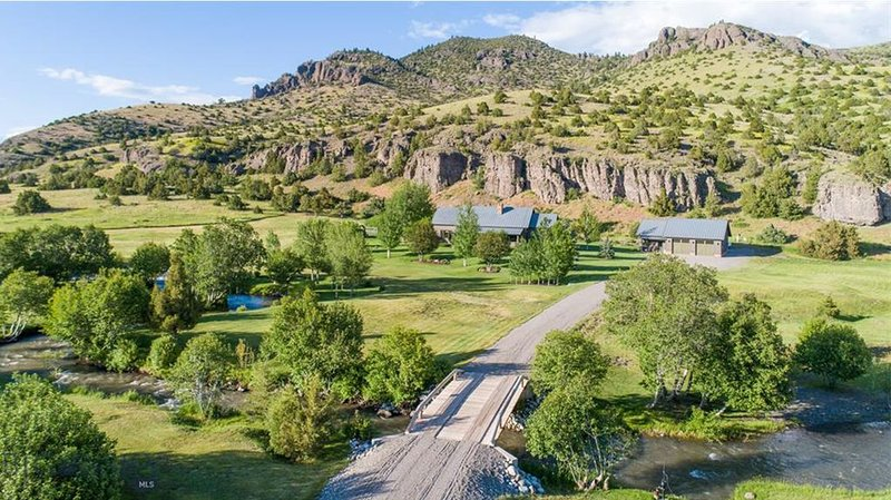 Secluded Luxury Home with Private Trout Stream in Paradise Valley, vacation rental in Livingston
