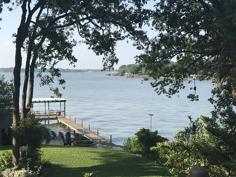 2 Steps SE of Dallas   Waterfront 4 Bedroom 2 Bath  Sleeps 10   2400 sq ft, holiday rental in Eustace