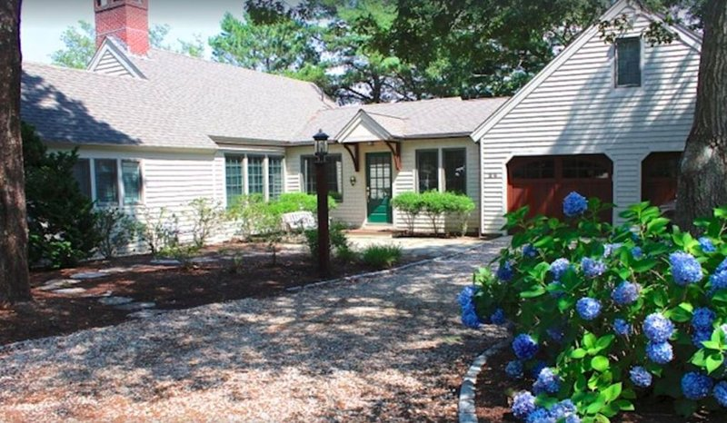 Family Getaway: Heated Pool, Hot Tub And Deep Water Dock, holiday rental in Mashpee