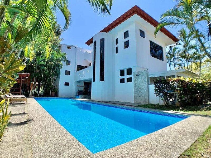 Ultra Luxury Villa 6 bedroom Villa - Private Pool on the beach!, alquiler de vacaciones en Playa Hermosa