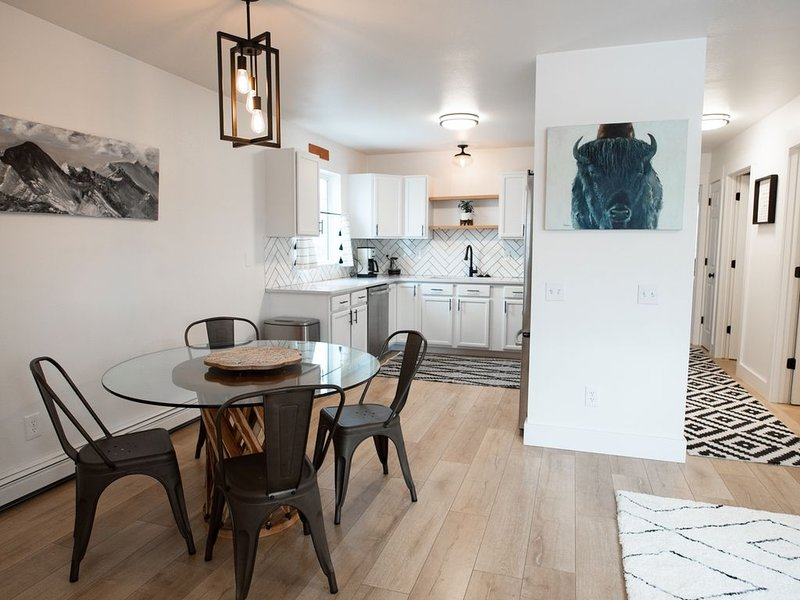 GRAYSCALE CONDO - Clean, Close to I-90/Airport, holiday rental in Belgrade