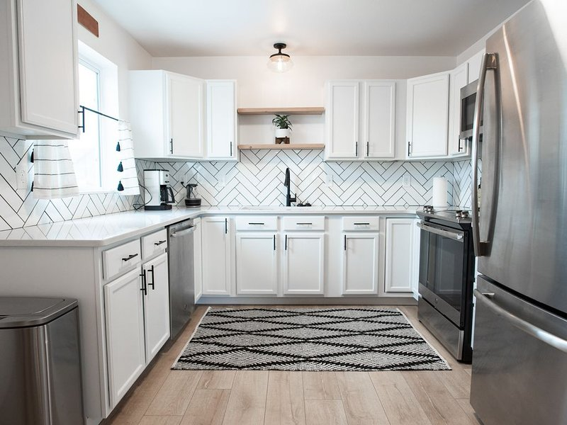 GRAYSCALE CONDO - Clean, Close to I-90/Airport, vacation rental in Manhattan