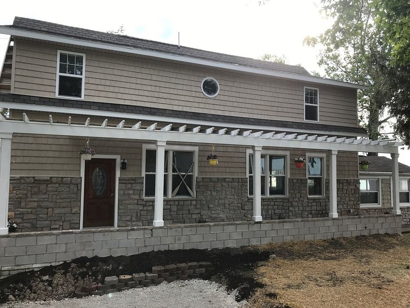 5 Bedrooms , 3.5 Bath Lakefront With Sandy Beach Walk In No Drop Off Wall, holiday rental in Port Clinton