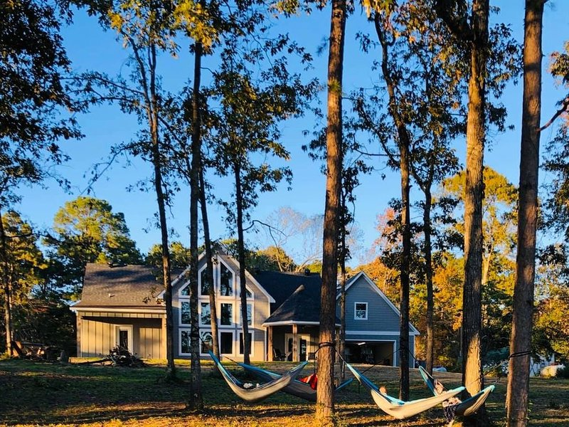 NEW!  BEAUTIFUL LAKEFRONT HOME ON TOLEDO BEND WITH DOCK!  HIGH-SPEED WI-FI!, holiday rental in Milam
