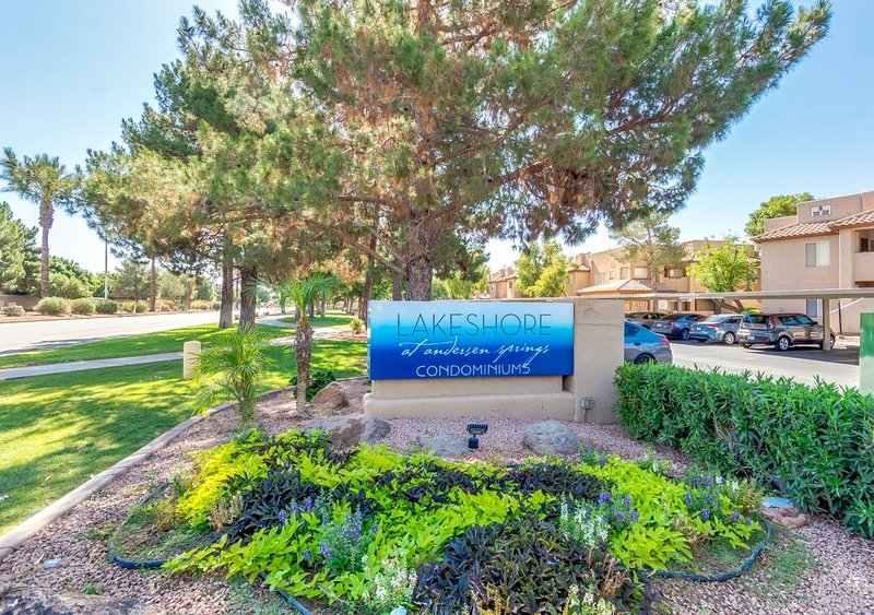 Lake community 1 bd condo. Large living room, steps from the lake and pool., alquiler de vacaciones en Chandler