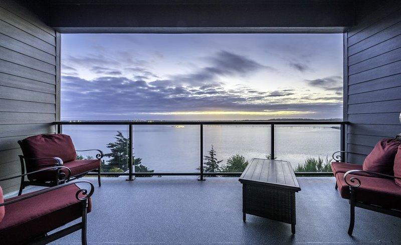 Luxurious Oregon Coast Townhouse with Mesmerizing Views!, holiday rental in North Bend