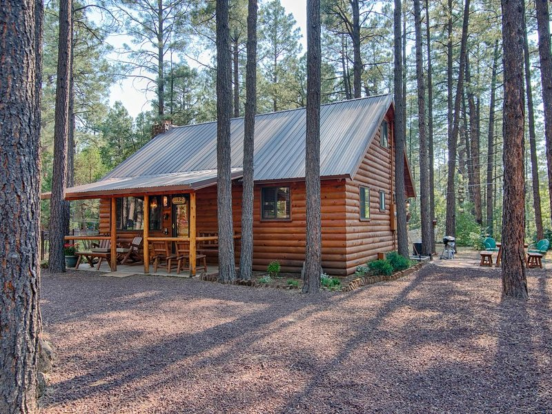 Family Cabin in the Pines. All Wood! Charming memory-maker. You'll fall in love., location de vacances à Pinetop-Lakeside