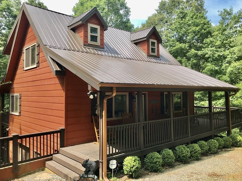 Beautiful in Fall! Private Cabin Retreat. Hot Tub. Rocking Chair Covered Porches, holiday rental in East Ellijay