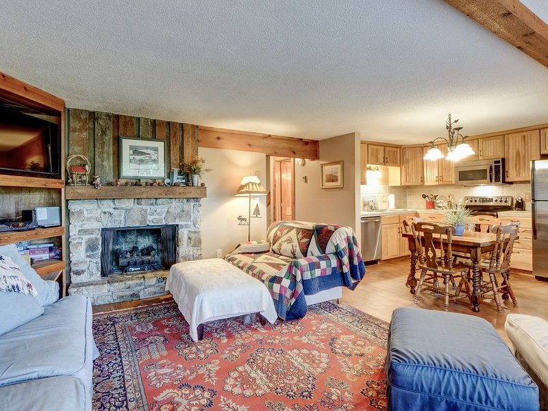 Sugar Retreat- just a walkway away from the slopes and chair lift, holiday rental in Sugar Mountain