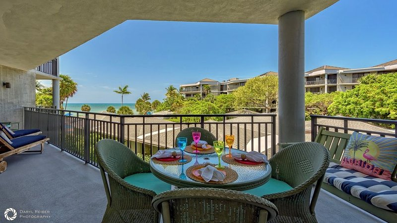 **FOLLOW THE SUN * THE BEACH** Ocean Condo / Pool & Tennis + LAST KEY SERVICES.., holiday rental in Stock Island