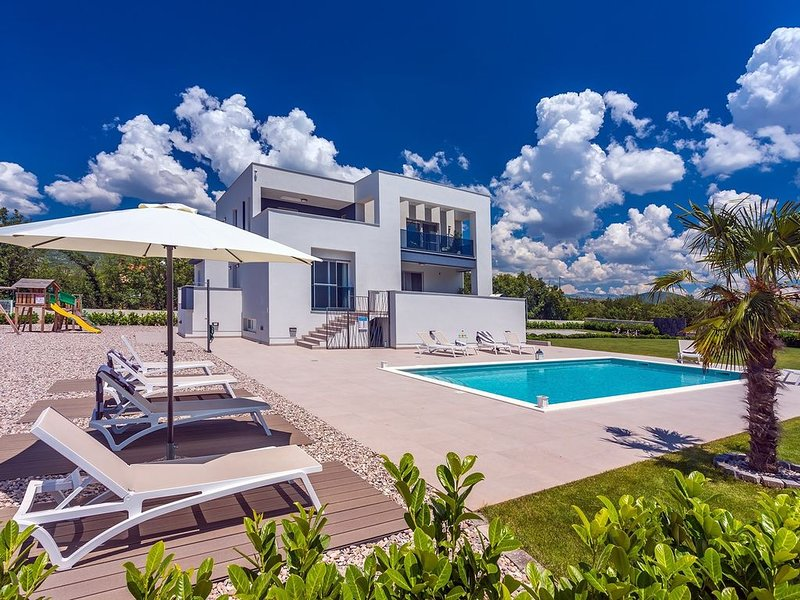 Villa Marijeta exclusive 5 star villa with 50sqm heated pool, 6 bedrooms and pla, holiday rental in Dugopolje