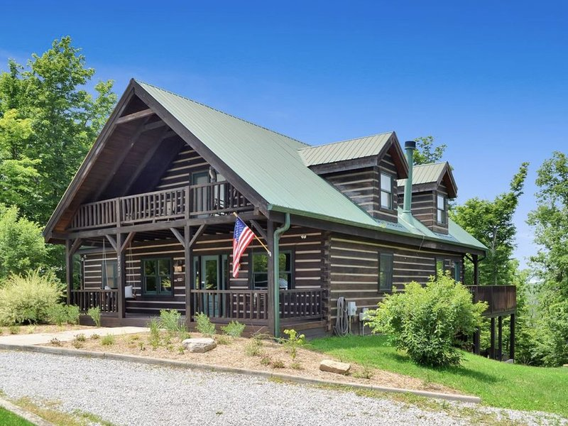 Luxury Log Cabin with Hot Tub available, holiday rental in Liberty Township