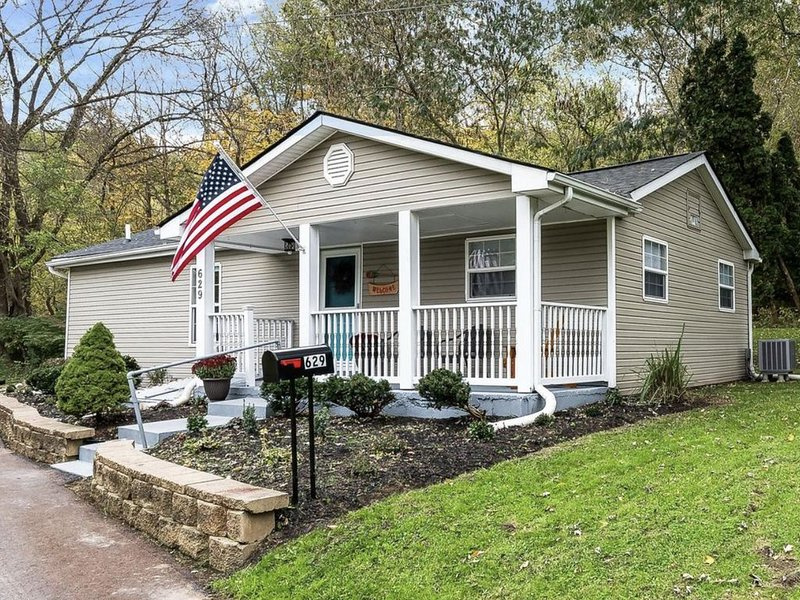 Updated super cute cottage bordering the Little Miami River and Bike Trail!, holiday rental in Liberty Township