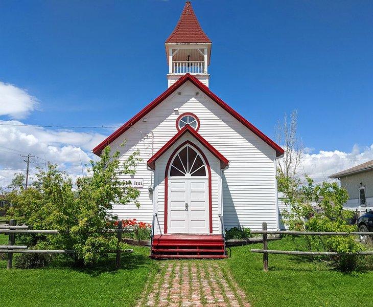 3 bedroom Historical Church - St Joseph's Inn, vacation rental in Pincher Creek