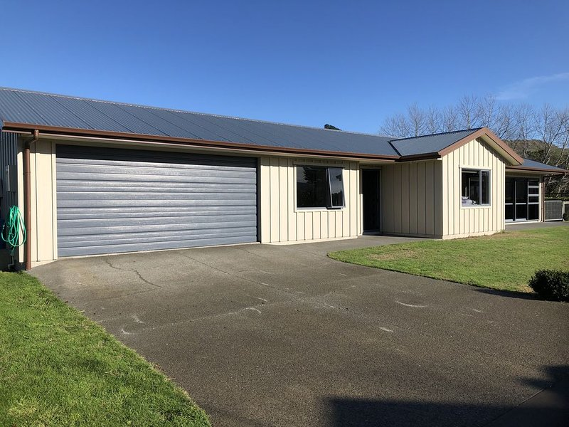 Modern Beach House (nothing but 5 star reviews), holiday rental in Hawke's Bay Region