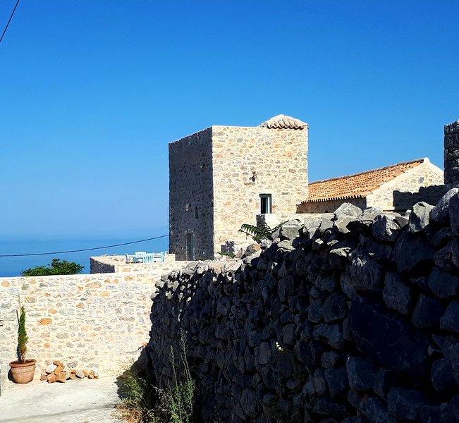 Authentique tour Maniote dans un charmant village , splendide vue  sur la mer, holiday rental in Vathia