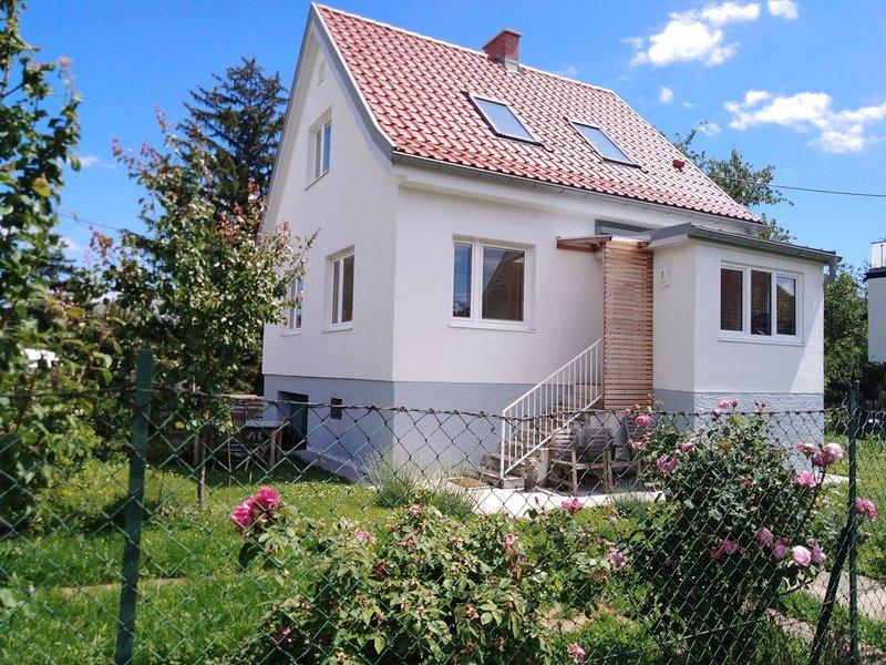 Grünoase in Wien - ganze Hausetage mit Garten+Räder, holiday rental in Oberwaltersdorf
