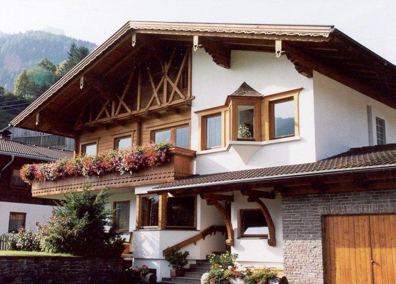 Neu renoviertes Apartment mit Balkon und Aussicht auf die umliegende Bergwelt, holiday rental in Virgen