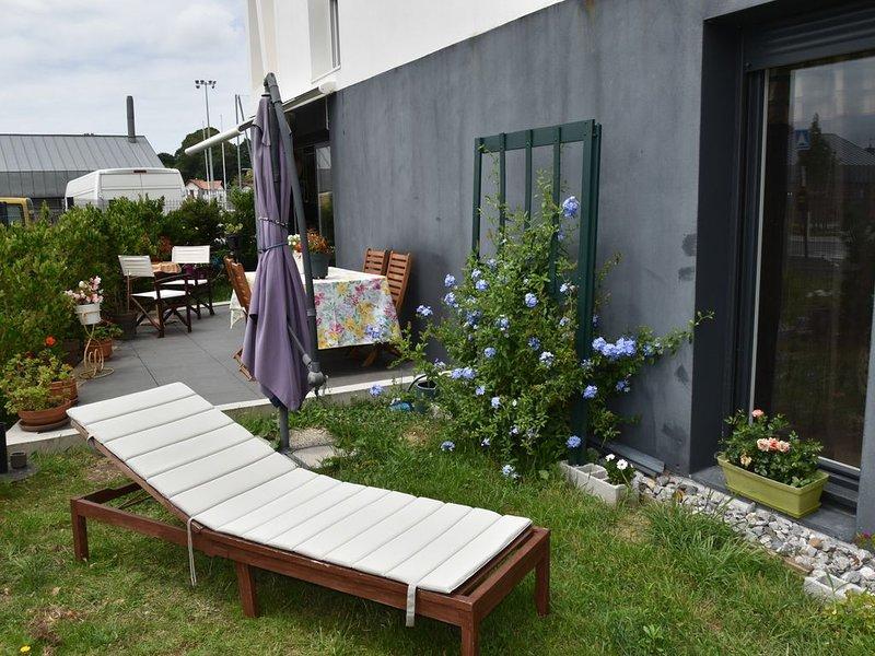 Appartement en rez de jardin avec terrasse et jardin de 100 m2., vacation rental in Bayonne