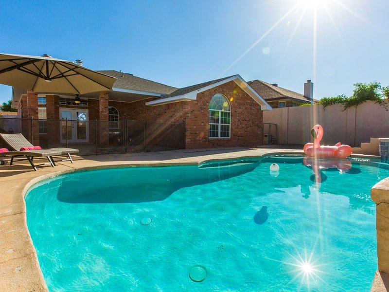 Beat the summer heat sitting poolside at this beautiful home., holiday rental in Albuquerque