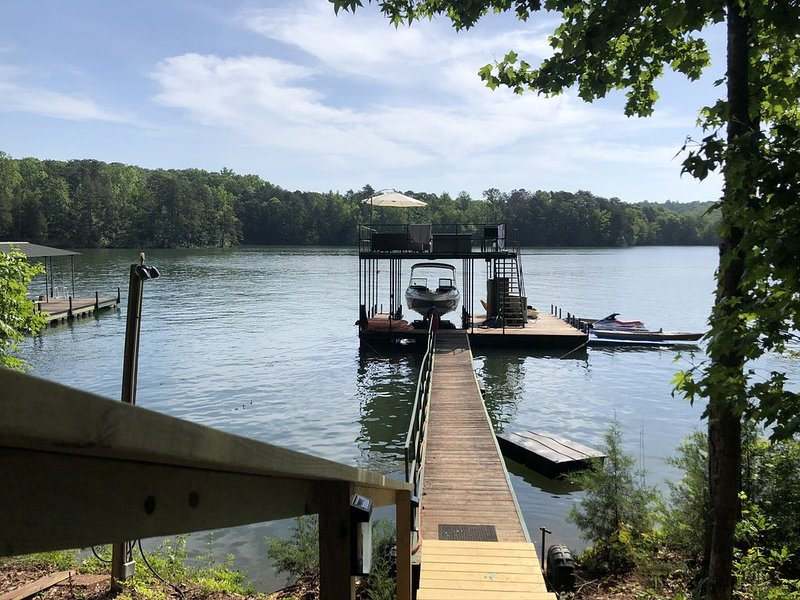 Cute and cozy pet friendly lakeside cottage close to I-85 in a large cove w/dock, location de vacances à Franklin Springs