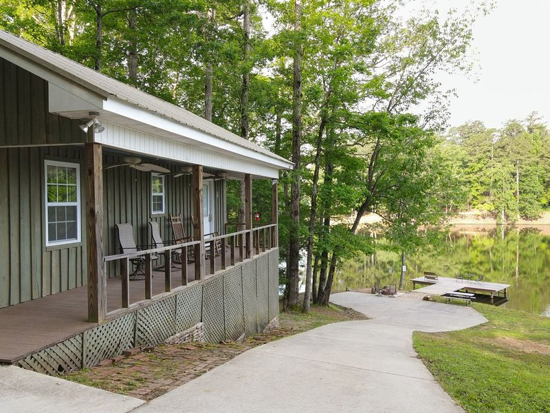 Gorgeous Secluded Cabin on Private Lake Robin...Dog Friendly, holiday rental in Talladega