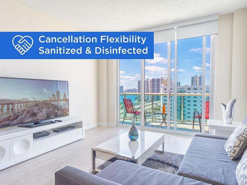 Spacious penthouse across from the beach | WIFI + Parking, location de vacances à Sunny Isles Beach