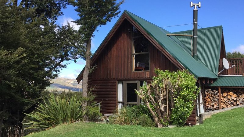 Log cabin in the mountains with indoor climbing wall, perfect for a family., holiday rental in Canterbury Region