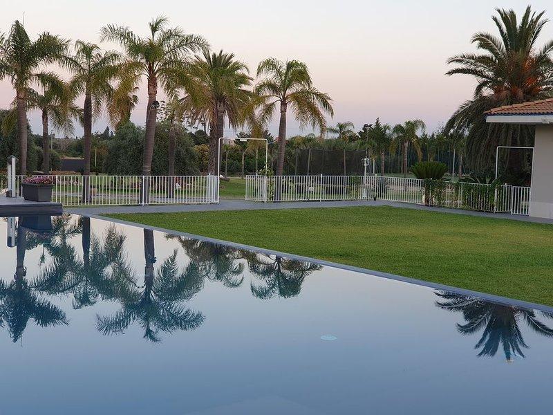 Casa Arancia  con ampio parco e piscina., location de vacances à Floridia