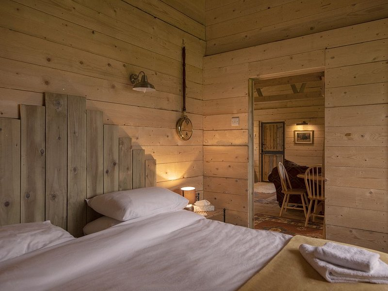 Rustic Log Cabin overlooking Sherwood Forest, location de vacances à Newstead