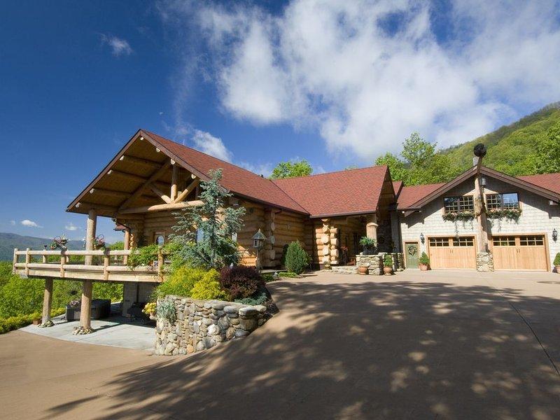 TN Mountain Lodge: sleeps 22+ lake, hikes, hot tub, Sauna, holiday rental in Elizabethton