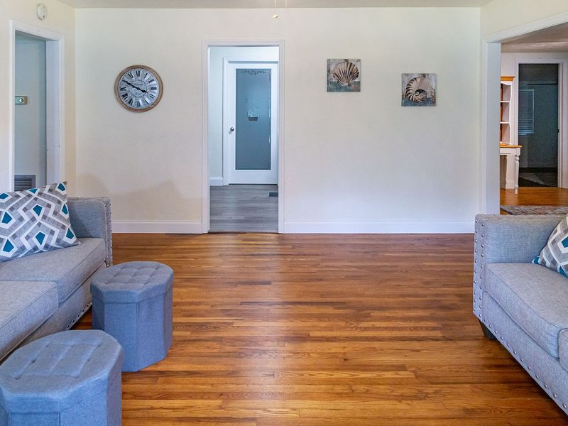 Super Clean, convenient to downtown. Discounts for longer stays!, holiday rental in Reddick