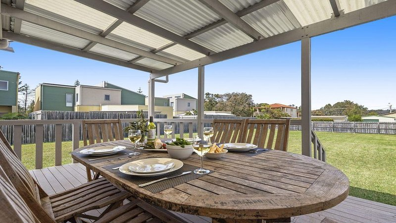 Summer Breeze - clean and simple, 200m to beach, holiday rental in Culburra Beach