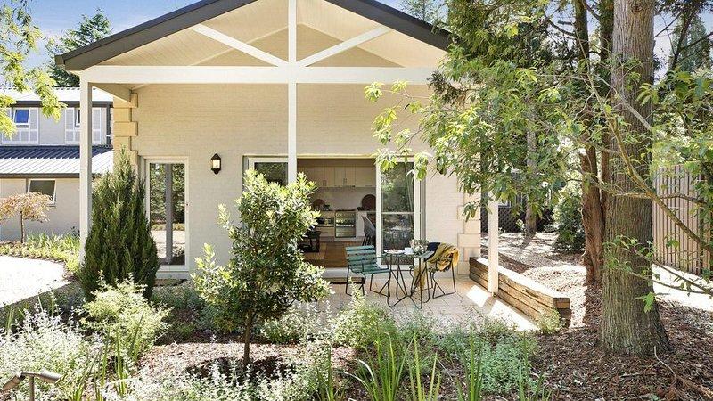 Banyula Annex - stylish and contemporary retreat, vacation rental in Joadja Creek