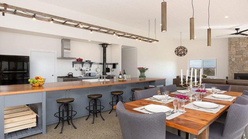 On a Hill - modern country home near Braidwood, holiday rental in Braidwood