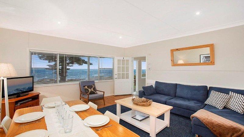 Ocean Blue Apartment One - oceanfront apartment, casa vacanza a Currarong