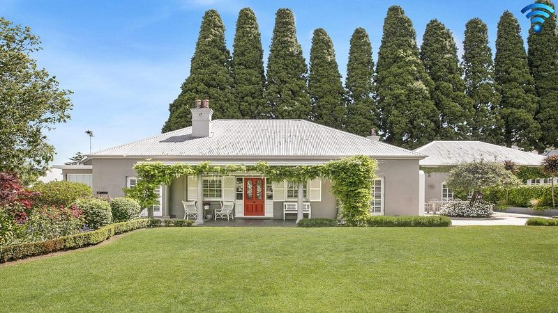 Nattai Lodge - house and cottage with beautiful gardens, holiday rental in Mittagong