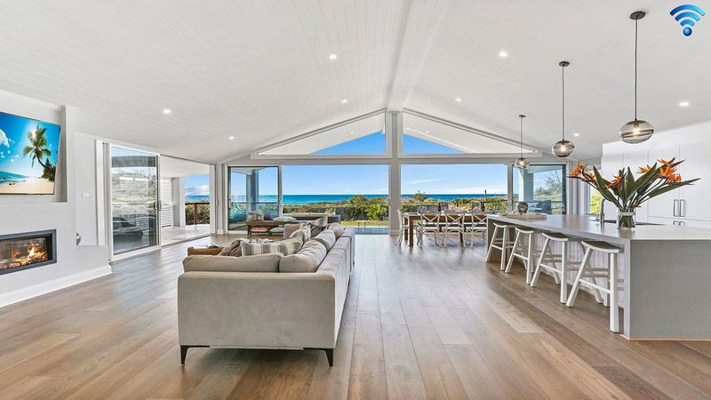 Dayz Dreamin - pool, gas fireplace and beachfront, holiday rental in Culburra Beach