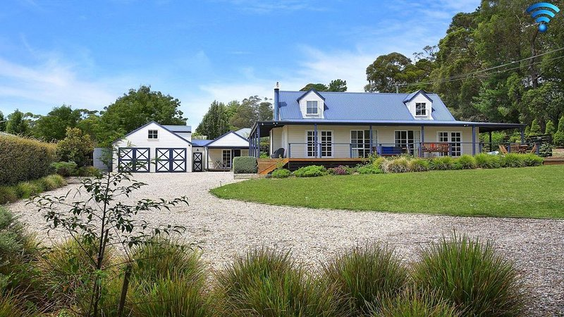 Duncraig House - open fireplace, spa, per friendly, holiday rental in Bundanoon
