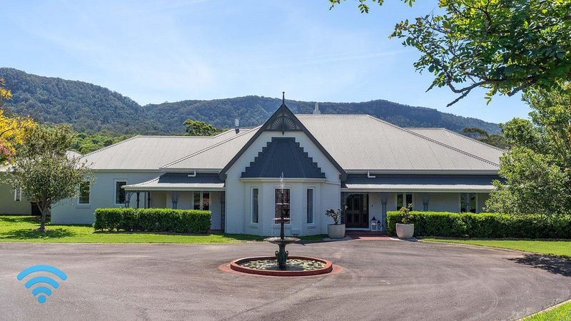 Cowley House - stunning entertainer, views, pool, holiday rental in Thirroul