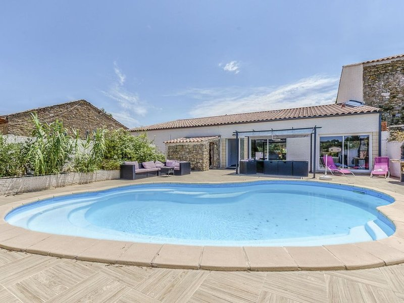 Magnificent Holiday Home in Bize-Minervois with Jacuzzi, holiday rental in Ginestas