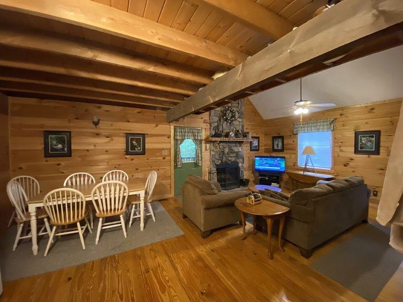 April Charm ~ Come and experience our Smoky Mountain Magic !, aluguéis de temporada em Townsend