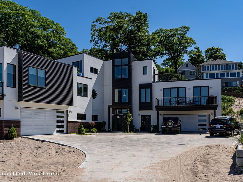 Stunning Apartment Style Home w/ 2 Decks directly across from the State Park!, alquiler vacacional en Grand Haven