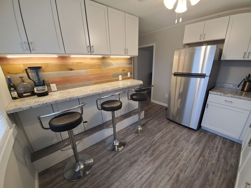 Travelers Retreat! 3BD w/ Office by Airport/i74/Downtown, vacation rental in Moline
