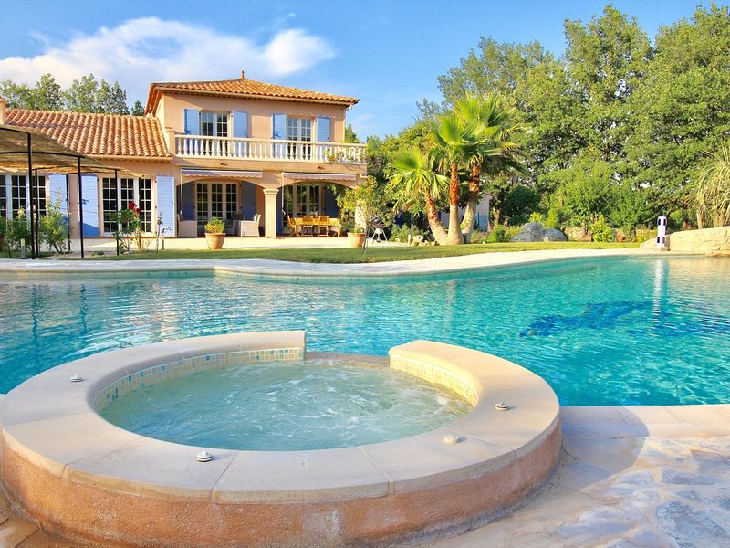 VILLA IN A QUIET SECLUDED AREA AND HEATED SWIMMING POOL SUPERMARKETS WITHIN 5KM, holiday rental in Trans-en-Provence