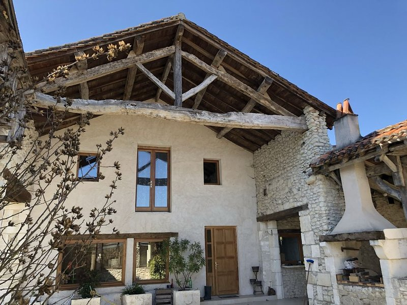 French Country Villa for 17 people with Games Room and 5-a-side football pitch!, location de vacances à Verteillac