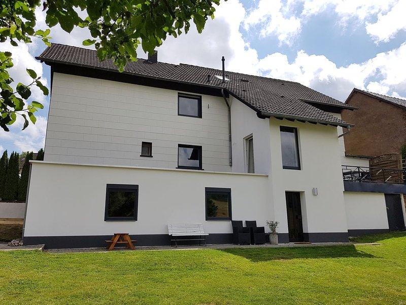 Große, und luxe renovierte wohnung mit Garten, Garage und Kinderspielplatz, holiday rental in Gerolstein