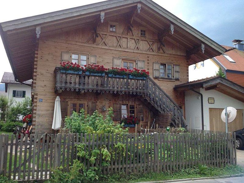 Urige Ferienwohnung mit Hüttenflair in Garmisch-Partenkrichen, holiday rental in Upper Bavaria