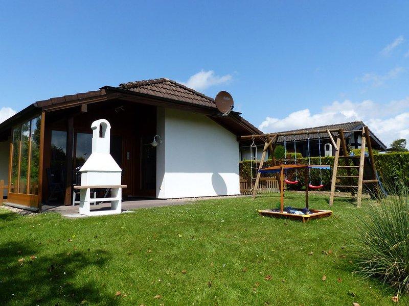 Gemütliches familienfreundliches Ferienhaus mit WLAN, Fahrrädern und Kinderbett, casa vacanza a Burhave