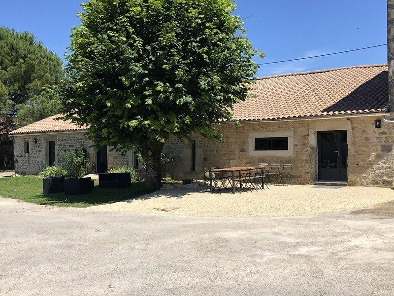 Gîte La Louise, longère de charme avec piscine et jacuzzi, location de vacances à Prailles